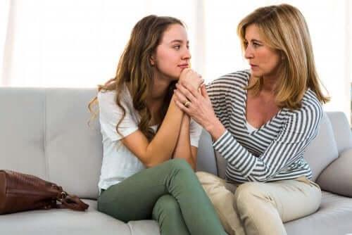 kızının sorunlarını dinleyen anne