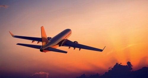 gün batımında uçak