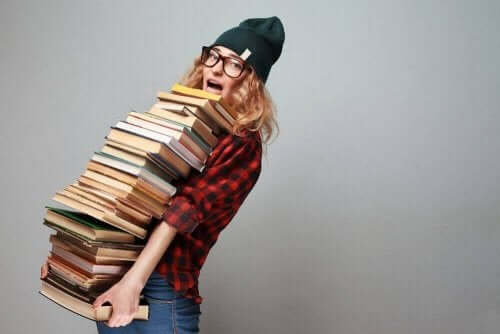 kitap taşıyan kadın