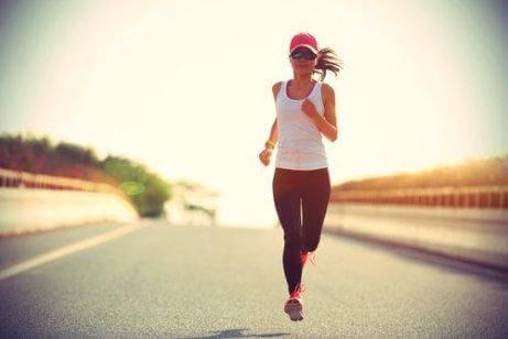 yolda koşan kadın egzersiz yapıyor ve stresi yönetmek
