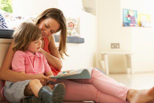 annesiyle kitap okuyan çocuk