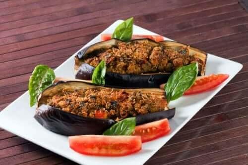 Sebzeli ve Salata Soslu Patlıcan Dolması