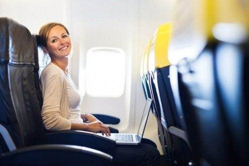 uçakta kadın
