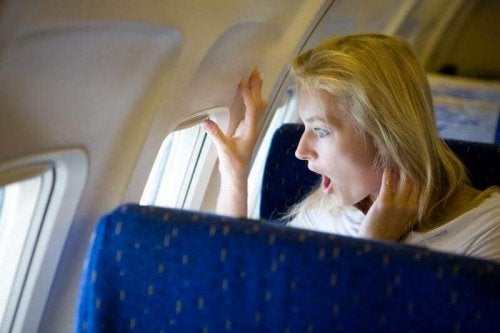 uçakta korkan kadın