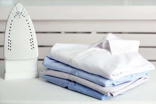 ütü ve ütülenmiş gömlekler