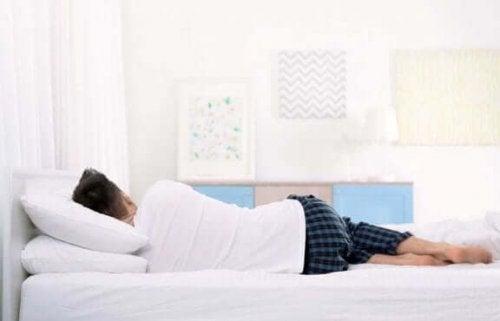 yana dönerek uyuyan adam yatak