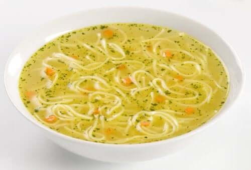 sebzeli noodle çorbası