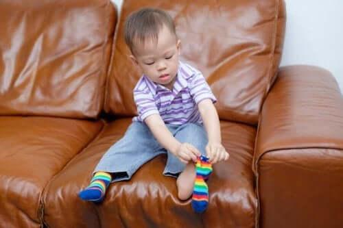 çorap giyen çocuk