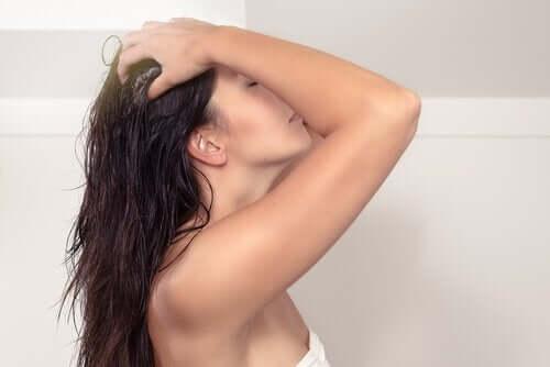 saçlarını yıkayan kadın