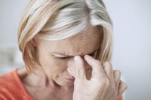 baş ağrısı çeken kadın