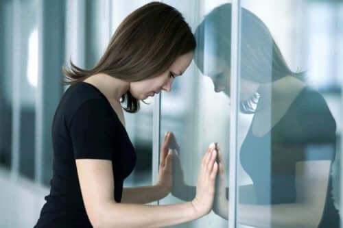 kafasını cama yaslayan kadın
