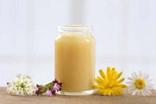 bir kavanoz arı sütü ve çiçekler