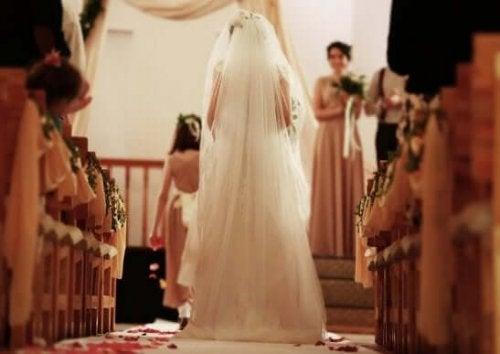 bir kilise düğününde yürüyen gelin
