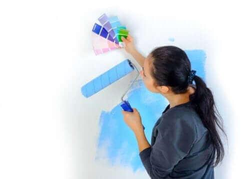 duvar boyası seçen kadın