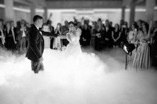 yeni evlenen çiftin ilk dansı