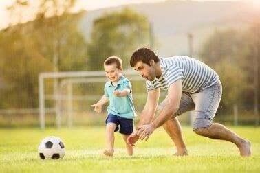 babasıyla futbol oynayan çocuk