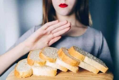 glutensiz ürünler tüketen kadın