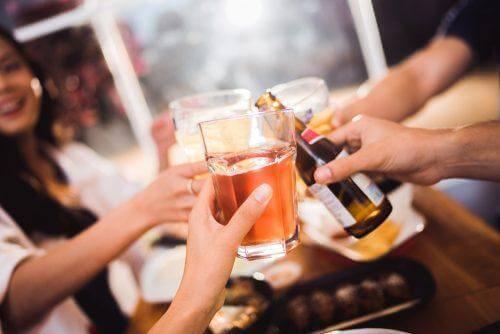 içki içen insanlar