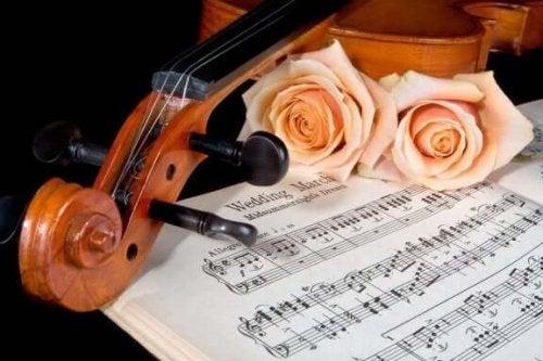 düğün marşı notaları, güller ve keman