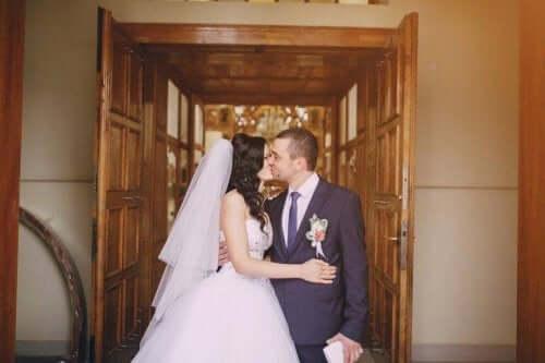 düğün sonrası öpüşen çift