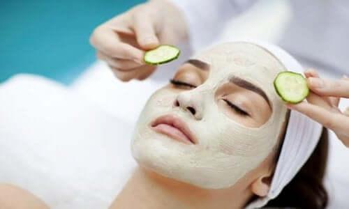 salatalık maskesi yaptıran kadın