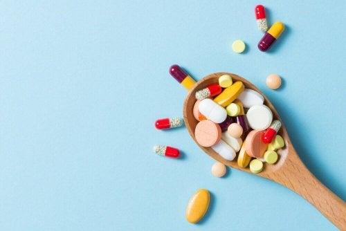 tahta kaşık içinde ilaçlar