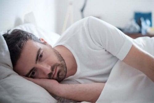 yatakta yatan üzgün adam