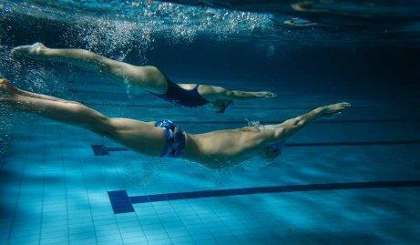 yüzme antrenmanı yapan insanlar