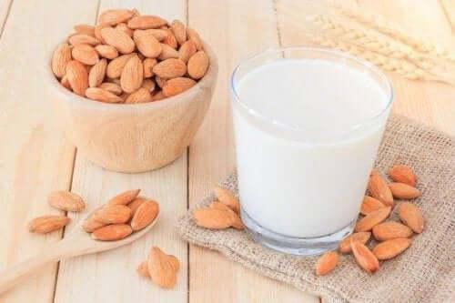Kilo Vermek İsteyenler İçin Badem Sütü Tarifi