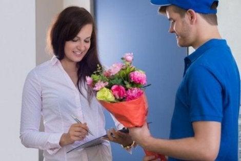 kargoyla çiçek alan kadın