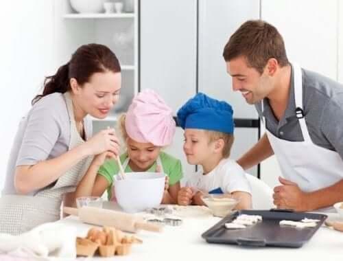 kurabiye yapan aile