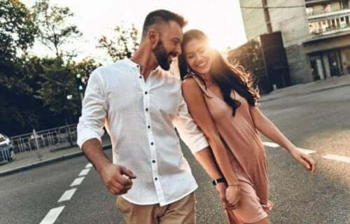 sokakta yürüyen çift