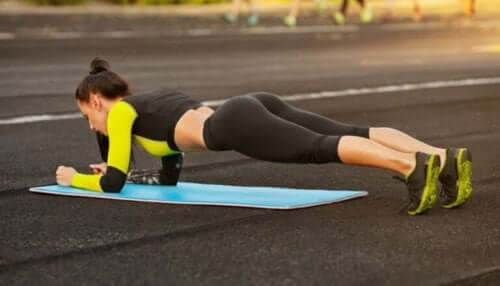 plank yapan kadın