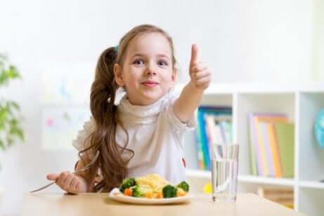 yemeğini onaylayan kız