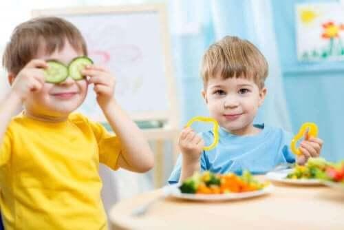 yemekleriyle oynayan çocuklar