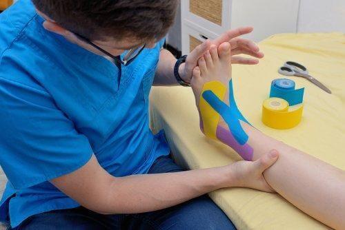 renkli bantlarla kaplı bir ayak