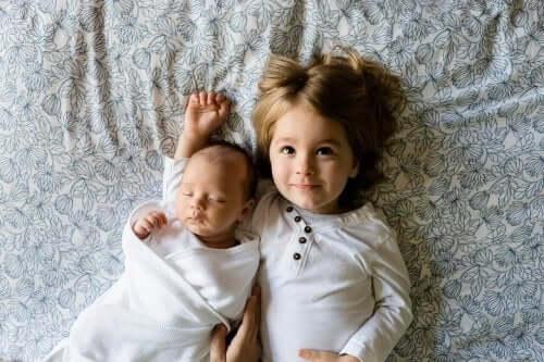 küçük çocuk ve bebek kardeşi