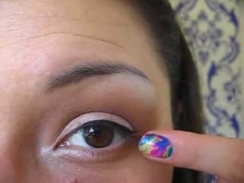 blefarit gözüne makyaj yapan kadın