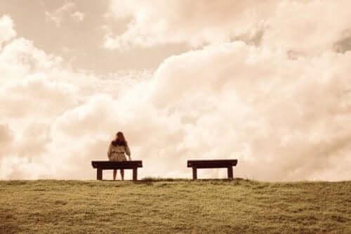 bankta tek başına oturan biri
