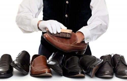 deri ayakkabılar fırça temizlik adam