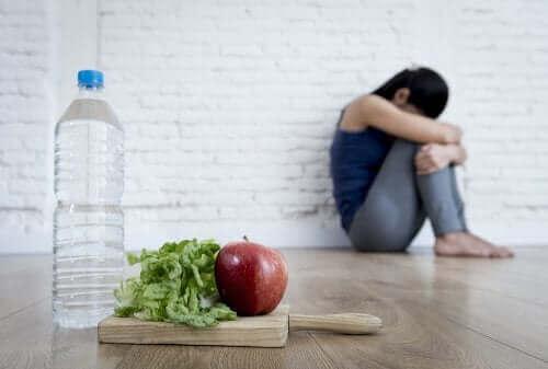 elma marul su üzgün kadın