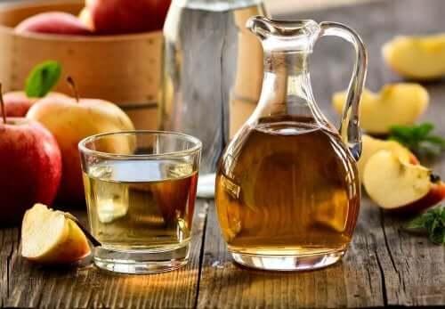 cam şişe içinde elma sirkesi ve kurdeşen