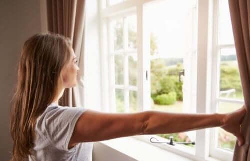 evinizdeki havayı arındırmak için pencere açın