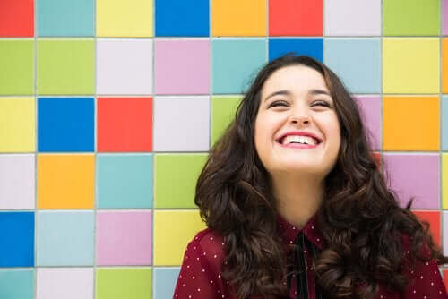 gülen kadın renkli duvar