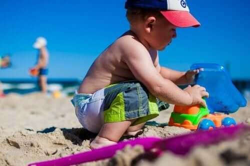 kumsaldaki çocuk