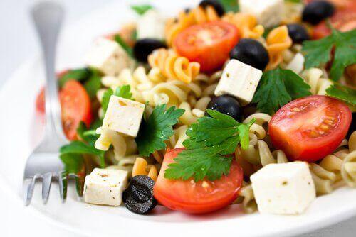 vejetaryen makarna salatası