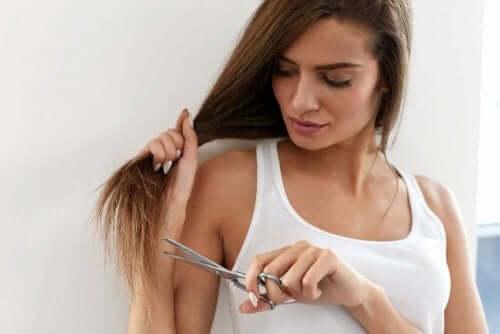 saçlarını kesmek isteyen kız makas tutuyor