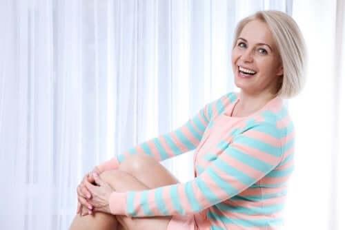 menopoza uyum sağlamak gülen kadın