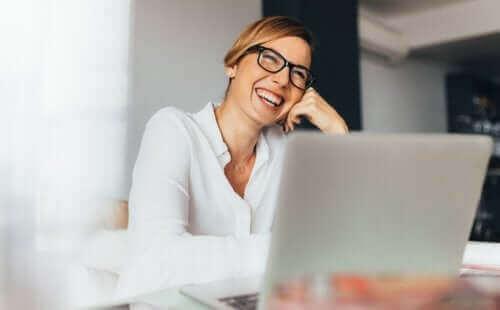 ofis mutlu kadın laptop