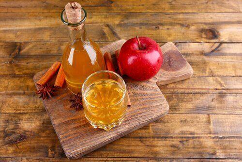 saf elma sirkesi ve tahta masa